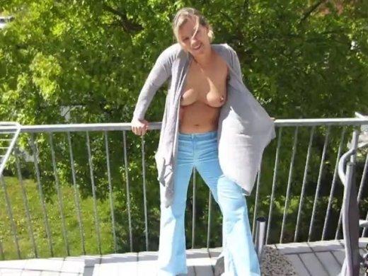Männer pinkeln in Hosen