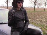 Amateurvideo Das Rauchen von Zigaretten und pinkelt in Leder Jeans von bondageangel