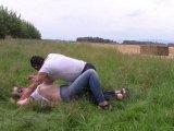 Amateurvideo Jeans rollt im Gras 2. von bondageangel