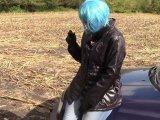 Amateurvideo Pee in Jeans und glänzenden Jacke von bondageangel