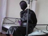 Amateurvideo Mit Handschellen und Kapuze in einem langen Lederrock von bondageangel