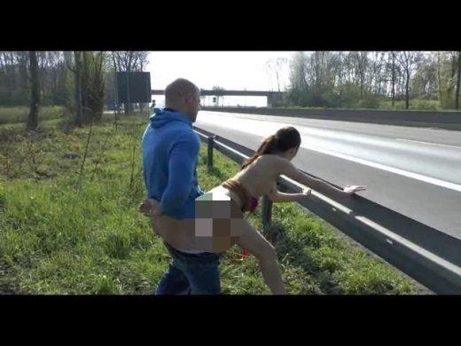 Amateurvideo PUBLIC auf der A46 Schwanz krass AbgeFICKt von LillyLil