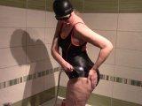 Amateurvideo Duschen und Baden im Badeanzug von bondageangel