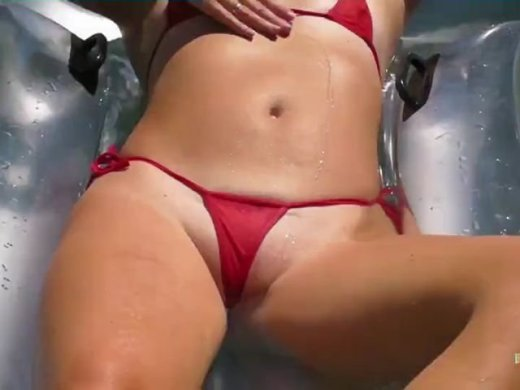In rotem transparentem Microbikini im Pool