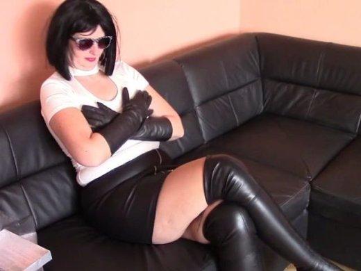 Verlaengerte schwarze Lederhandschuhe