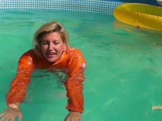 In Daunenjacke und Bikini im Pool