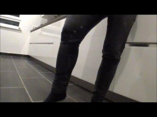 Black Jeans piss