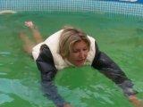 Amateurvideo Mit Daunenjacke und Daunenweste im Pool schwimmen von sexyalina