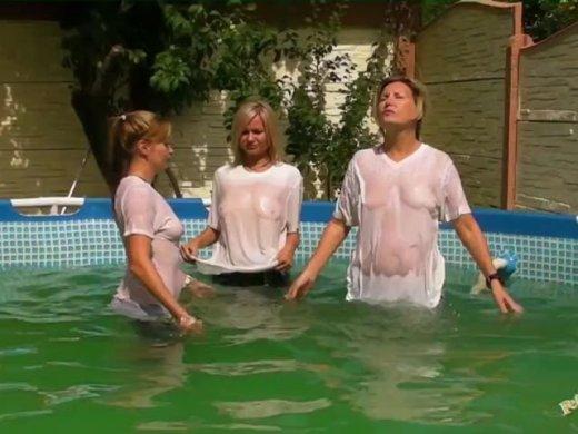 Zu dritt in Jeans und T-Shirts im Pool