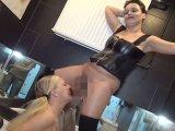 Amateurvideo Versaute Lesbo Piss-Action! Priscilla pisst mir in den Mund! von RosellaExtrem
