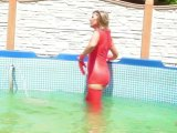 Amateurvideo In rotem Latex im Pool, Body , Strümpfe und Handschuhe from sexyalina